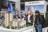 Kredyt na zakup mieszkania coraz częściej bierzemy przez firmę pośrednictwa finansowego. Dlaczego?
