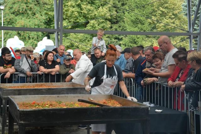 Bitwa na dwie patelnie, czyli kulinarny pojedynek kucharzy z Master Chef na sępoleńskim targowisku