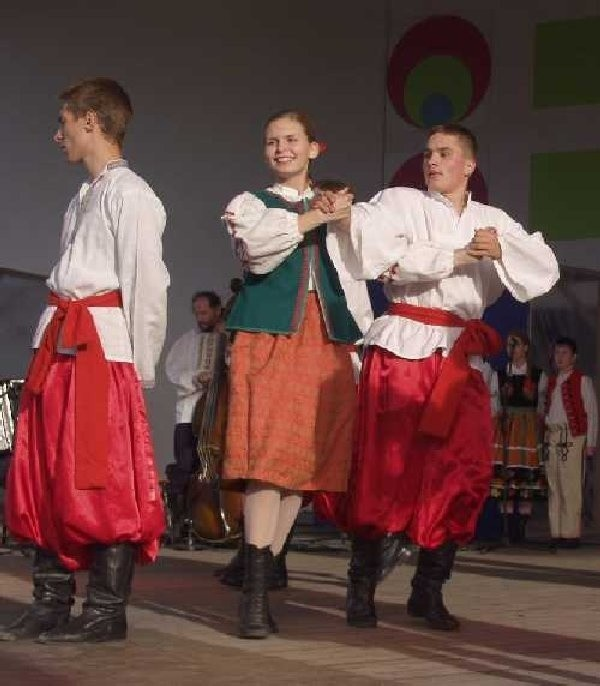 """Zespół tańca ludowego """" Kundzia"""" prezentował  się w Świeciu nie pierwszy raz."""