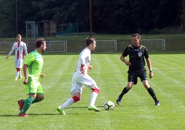 Orzeł Przeworsk (białe koszulki) tym razem nie wygrał, remisując w Grochowcach