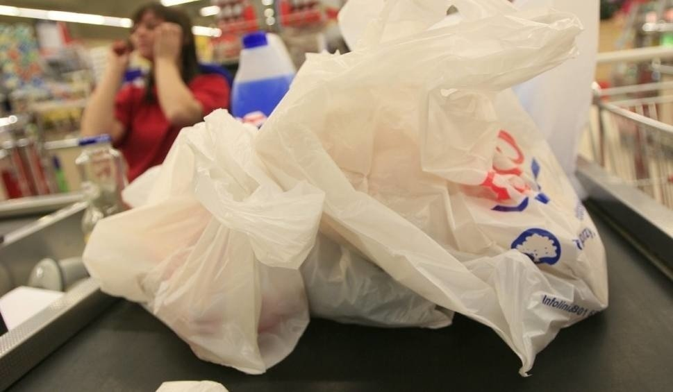 Zupełnie nowe Reklamówki w sklepach zdrożały. To przez opłatę recyklingową WM42