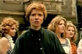 """1973 r. Michał Bajor w otoczeniu pań śpiewa """"Siemionowną"""" na deptaku w Zielonej Górze. Ktoś kogoś rozpoznaje w tym teledysku?"""