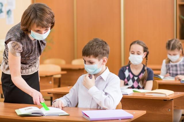 Kiedy dzieci wrócą do szkoły i czy wakacje zostaną skrócone? Sprawdź, co wiadomo obecnie na temat szkoły w czasie epidemii koronawirusa.