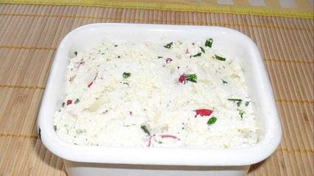 Ser biały z olejem lnianym to pomysł na zdrowe i smaczne śniadanie.