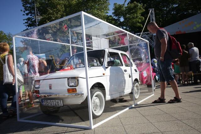 """W ramach trwających Dni Bielska-Białej i Beskidów Ustce turyści i mieszkańcy mogli zobaczyć malucha, który jesienią trafi do aktora Toma Hanksa. Fiat 126p przyjechał nad morze z przyczepką, a na niej z urokliwą świnką skarbonką. Dorzucając do świnki skarbonki pieniądze można zasilić akcję """"Nie wypada nie pomagać"""" i zebrać fundusze dla małych pacjentów Szpitala Pediatrycznego w Bielsku-Białej. Samochód będzie można zobaczyć jeszcze w niedzielę."""