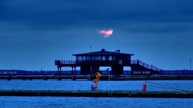 Fantastyczne widowisko w niedzielne popołudnie można było obserwować np. z brzegu Zatoki Puckiej