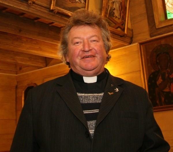 Ks. Józef Żyłka: - W drewnianym kościele remont trwa na okrągło.