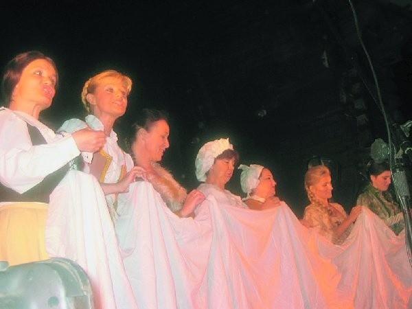 Scena zbiorowa z drugiego aktu ?Strasznego  dworu?, gdy dziewczęta śpiewają, że ?spod  igiełek kwiaty rosną?