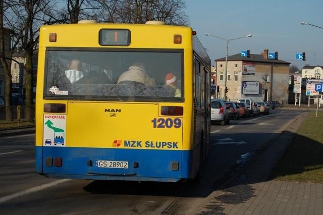 Uszkodzony autobus rusza z przystanku przy ulicy Wiejskiej.