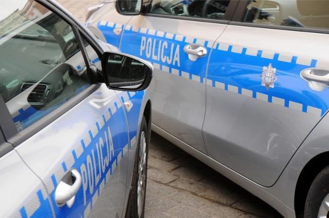W pewnym momencie ścigane audi znalazło się pomiędzy radiowozami. Jego kierowca gwałtownie skręcił, po czym stracił panowanie nad autem i zderzył się z pojazdami policji.