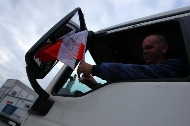 Śmieciarki jeżdżą z polskimi flagami - w ten sposób protestują firmy niezadowolone z wyników przetargu GOAP.