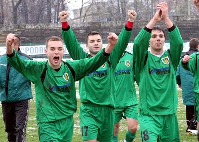 Kuba Ławecki (pierwszy z lewej) na boisku wiele razy wznosił ręce w geście tryumfu. Teraz jego najważniejsza potyczka. Oby za kilka miesięcy mógł znowu świętować zwycięstwo.