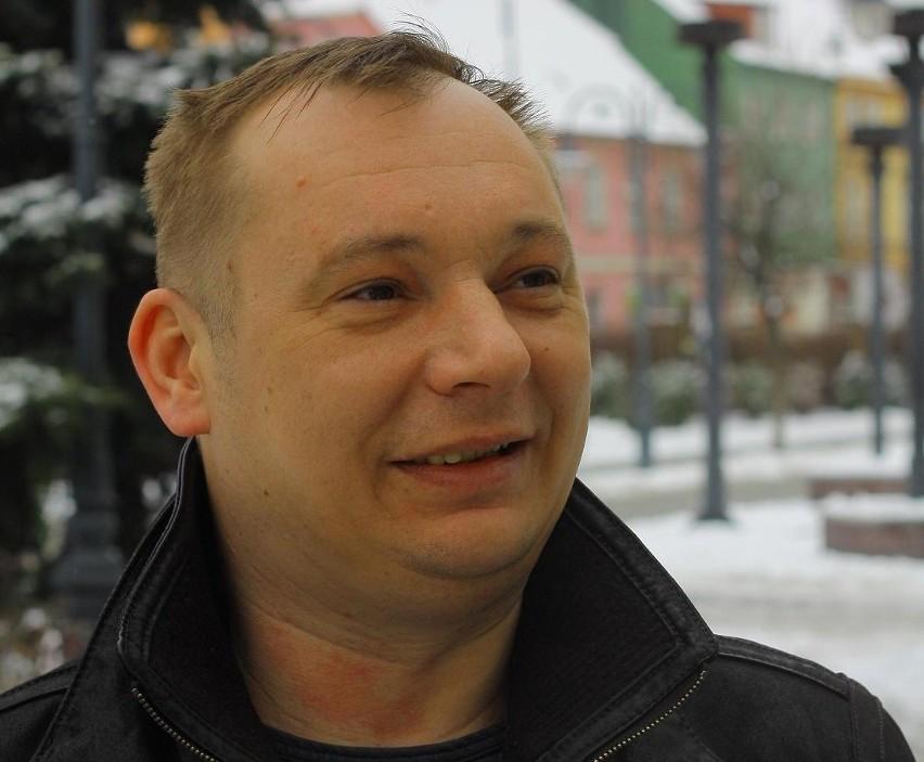 Pan Marek Jaworski z Kożuchowa parkując swój samochód na rynku w Nowym Miasteczku dorobił się już kilkudziesięciu mandatów, a w zasadzie wniosków do sądu, bo żadnego z mandatów nie przyjął. - Wiem, że jestem niewinny - mówi.