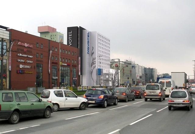 bryła hotelu Novotel uzupełni ciąg budynków zrealizowanych przez Echo Investment i  zamknie pierzeję alei Piłsudskiego.
