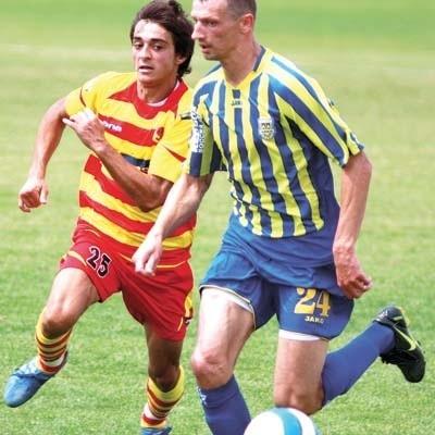 Damir Kajosević (z lewej) mocno pracował, żeby móc zakładać żółto-czerwoną koszulkę Jagiellonii. Jest jednym z ostatnich wzmocnień białostockiego klubu.