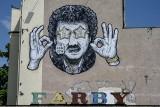Mural z wizerunkiem Krzysztofa Krawczyka w Poznaniu przeniesiony, żeby ochronić go przed zniszczeniami i zasłonięciem przez reklamy