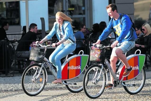 O ile rowerzysta musi przestrzegać wielu zakazów i nakazów na drodze, o tyle na ścieżce rowerowej to właśnie on ma największe prawa. Pieszy może iść drogą dla rowerów, ale tylko jeśli nie  ma chodnika lub pobocza. Rowerzysta ma jednak pierwszeństwo.