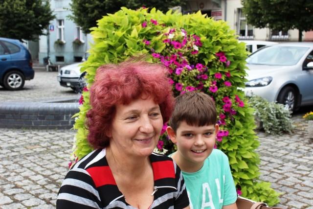 Krystyna Żmudzin z wnukiem Igorem lubią spacerować po ukwieconym rynku.