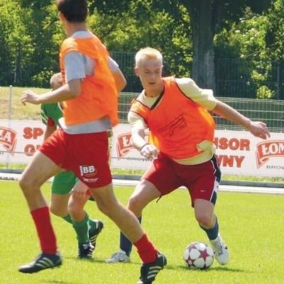 Piłkarze ŁKS-u zamienią dziś kamizelki na klubowe stroje. Tylko że na razie jest bardzo mało kandydatów do ich założenia.