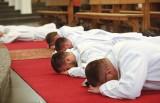 Święcenia kapłańskie w katedrze rzeszowskiej. Sześciu diakonów diecezji rzeszowskiej przyjęło święcenia [ZDJĘCIA]
