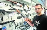 Wakacje z... bronią. Łodzianie kupują militaria dla bezpieczeństwa czy zabawy?