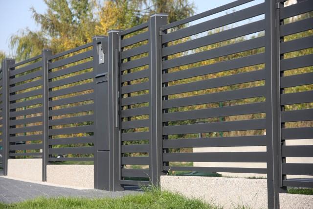 Wymiany ogrodzenia o wysokości nie przekraczającej 220 cm z reguły nie trzeba nigdzie zgłaszać. Wyjątkiem są obiekty zabytkowe.
