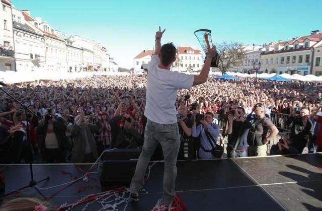Kilka tysięcy fanów przyszło na rzeszowski rynek w niedzielę.