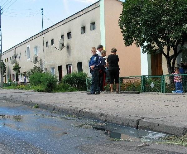 Mieszkańcy ul. Lotniczej domowe nieczystości  wylewają do studzienek deszczowych.