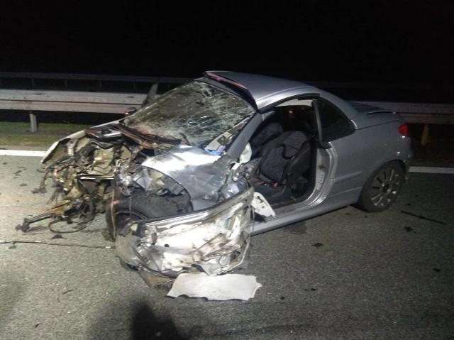 Jedna osoba zginęła w wypadku, do którego doszło w sobotę w nocy na 116. kilometrze autostrady A2. W okolicy Wąsowa zderzyły się dwa samochody ciężarowe i osobowy peugeot.Kolejne zdjęcie -->