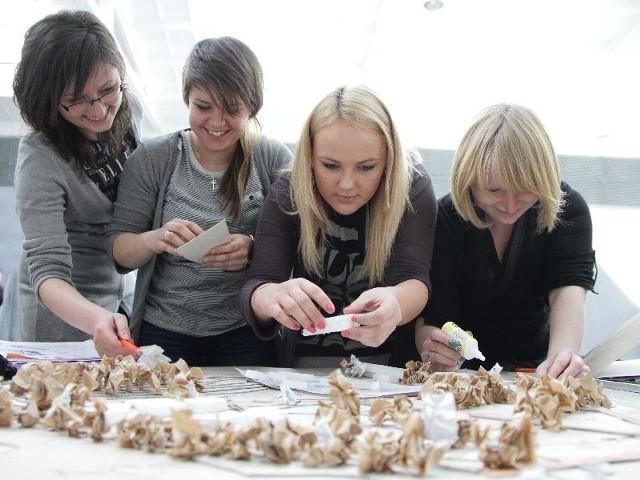 Magdalena Gołębiowska, Katarzyna Żółkowska, Milena Glinojecka i Michalina Miakisz (na zdjęciu od lewej) tworzą projekty i budują makietę.  Wszystko ma być gotowe do czerwcu.