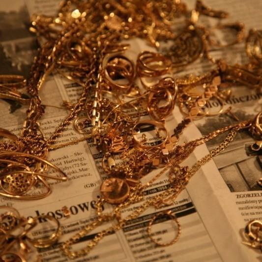 Policjanci znaleźli przy złodziejach złoto i pieniądze z kradzieży. (fot. Policja Opole)