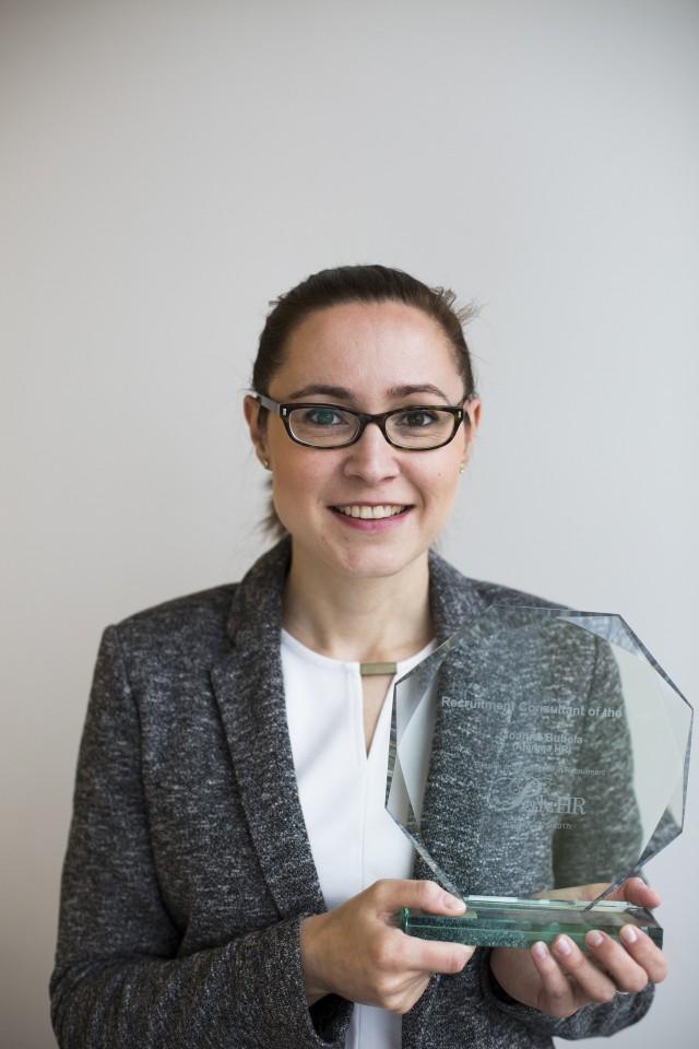 Joanna Bubełaabsolwentka pedagogiki resocjalizacyjnej Akademii Ignatianum w Krakowie. Od 2015 roku kieruje i koordynuje pracą ATERIMA HR, jako szef działu rekrutacji specjalistycznych. Działa w branży od ponad 10 lat, prowadząc projekty managerskie i Executive Search dla polskich i międzynarodowych firm. Rekrutuje ludzi na specjalistyczne i niszowe stanowiska m.in. w branży R&D, finansowo-księgowej, produkcyjnej, handlowej i marketingowej. Uczestniczy także w projektach doradczych, takich jak Assessment Center i Development Center czy badanie postaw i opinii. Jury szczególnie doceniło pasję laureatki i doskonałość realizowanych usług.