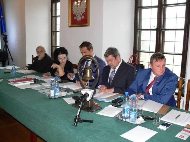 Radni klubu Prawa i Sprawiedliwości  w Radzie  Miejskiej Sandomierza złożyli  w czwartek rano wniosek  o odwołanie z funkcji  przewodniczącego Rady Wojciecha Czerwca. drugi z prawej.