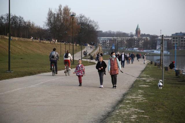 Korzystając z wiosennej aury wielu krakowian wybrało się w czwartek (25 lutego) na spacer na bulwary wiślane.