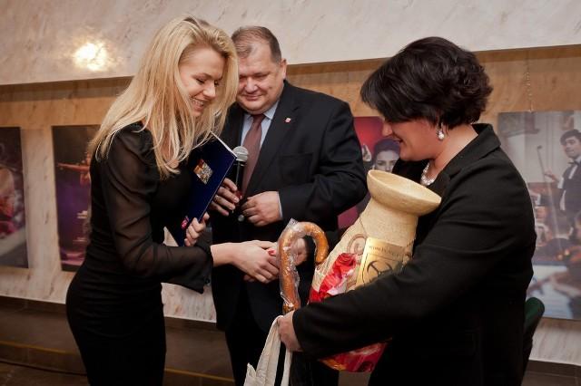 Wśród nagrodzonych przez burmistrza Wojciecha Huczyńskiego jest pochodząca z Brzegu Emilia Komarnicka (z lewej).