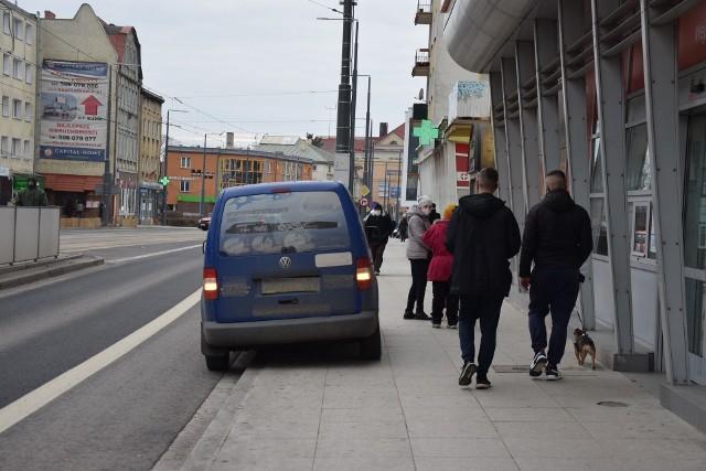 Wzdłuż ul. Sikorskiego parkują dostawcy, ale też m.in. klienci pobliskich aptek.