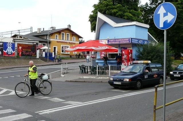Wcześniej kierowcy wjeżdżając w ulicę Dworcową mogli skręcić w lewo i dalej pojechać na dworzec. Teraz napotkają znak nakazujący jazdę tylko prosto lub w prawo.