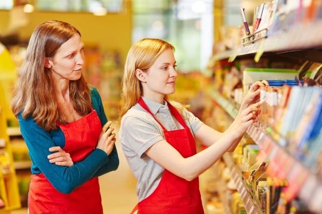Niewiele osób zdaje sobie z tego sprawę, że kasy samoobsługowe wprowadzone w kilku sieciach spożywczych, z których chętnie korzystamy, robiąc zakupy, są krokiem w kierunku wprowadzenia w naszym kraju sklepów bezobsługowych