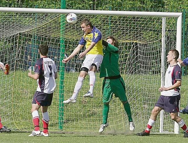 W takich okolicznościach Paweł Hojka (w powietrzu) zdobył głową pierwszego gola dla Steinpolu Ilanki Rzepin