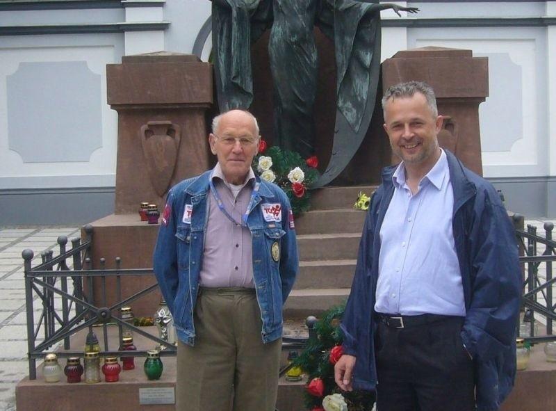 Na kwestę zaparszają Jerzy Przyborowski, przewodniczący  Społecznego Komitetu Ochrony Zabytkowego Cmentarza Rzymskokatolickiego i Sławomir Adamiec, zastępca przewodniczącego.