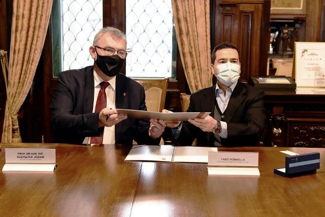 Prof. Krzysztof Jóźwik, rektor PŁ, oraz Fabio Pommella, prezes Whirlpool Company Polska, podczas uroczystości podpisania listu intencyjnego