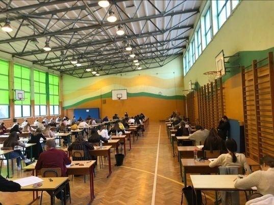 W II Liceum Ogólnokształcącym imienia Tadeusza Kościuszki w Sandomierzu do próbnego egzaminu z matematyki przystąpiło 95 uczniów. W rygorze sanitarnym młodzież pisała egzamin w sali gimnastycznej.