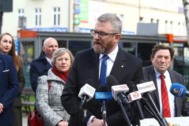 Grzegorz Braun krytykuje obietnicę innego kandydata na prezydenta Rzeszowa, Marcina Warchoła. Według posła Konfederacji, budowa monorailu nie ma sensu