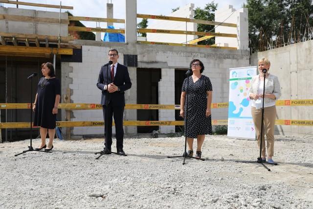 Premier Mateusz Morawiecki na terenie budowy Domu Opieki Wyręczającej we Wrocławiu