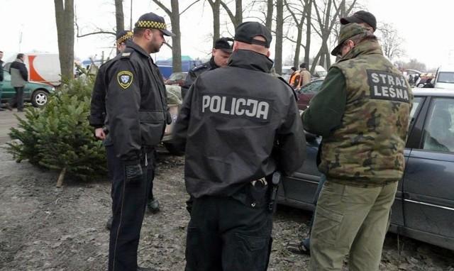 W niedzielę  koszalińscy policjanci wraz z funkcjonariuszami Straży Miejskiej i Straży Leśnej z Nadleśnictwa Manowo sprawdzali stoiska z choinkami na niedzielnej giełdzie.