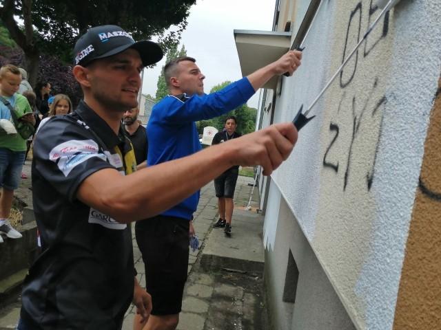 Bartosz Zmarzlik i Łukasz Maliszewski zamalowywali napisy w lipcu zeszłego roku.
