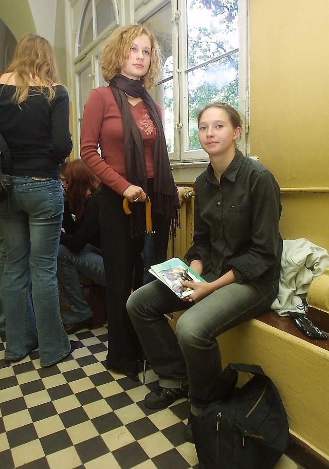 Karolina Wysocka (siedzi) zastanawia się jeszcze czy zdawać przedmiot dodatkowy. Aleksandra Piotrowska natomiast chce dostać się na prawo i wie czego wymaga uczelnia - wybrała historię, WOS i angielski.