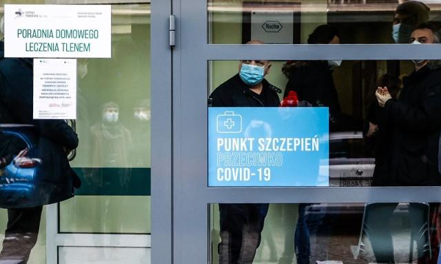 Nie ma sensu czekanie w kolejkach przed przychodniami na rejestrację do szczepienia przeciw COVID-19 – oznajmił minister Michał Dworczyk podczas konferencji prasowej w piątek, 22.01.2021 r.