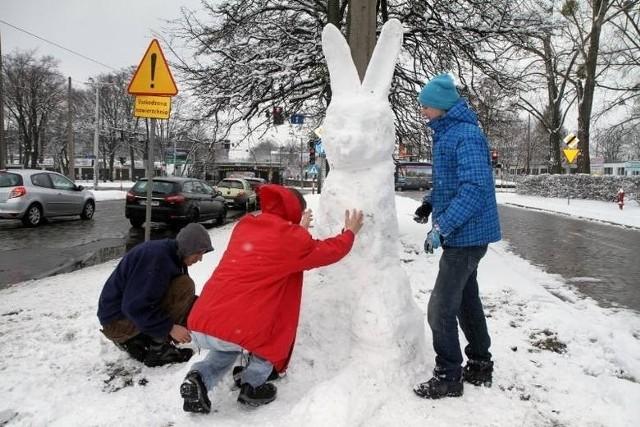 Rok temu pogoda zwariowała w Poniedziałek Wielkanocny - wtedy lepiliśmy zajączki ze śniegu. Więcej zdjęć: Lany poniedziałek pod śniegiem. Wielkanoc we Wrocławiu zimowa (ZDJĘCIA)