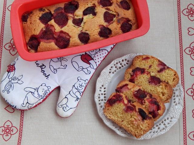Zobaczcie przepisy na łatwe ciasta z truskawkami! Na zdjęciu proste ciasto ucierane z truskawkami.